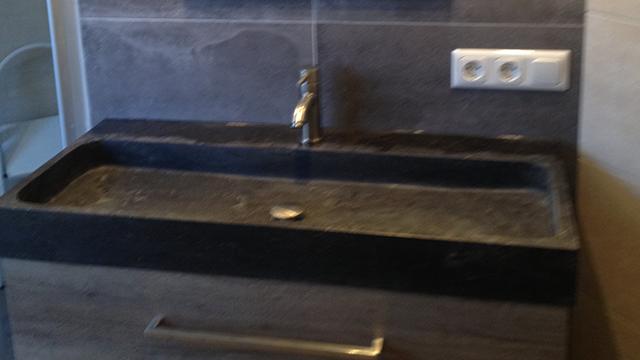 Tegelwerk in badkamer met vrijstaand bad in emst - En grijze bad leisteen ...